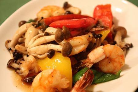 虾和着色蔬菜