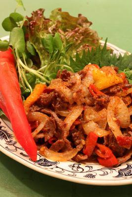 用牛肉和红辣椒炒面