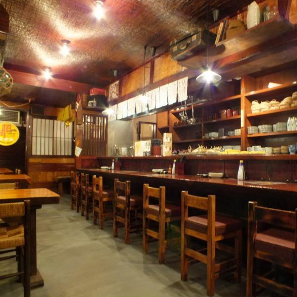 【1Fテーブル席】1Fは洗練された昭和な雰囲気で落ち着ける店内。カウンター、テーブル席がメインになります。2Fには個室の宴会席も★