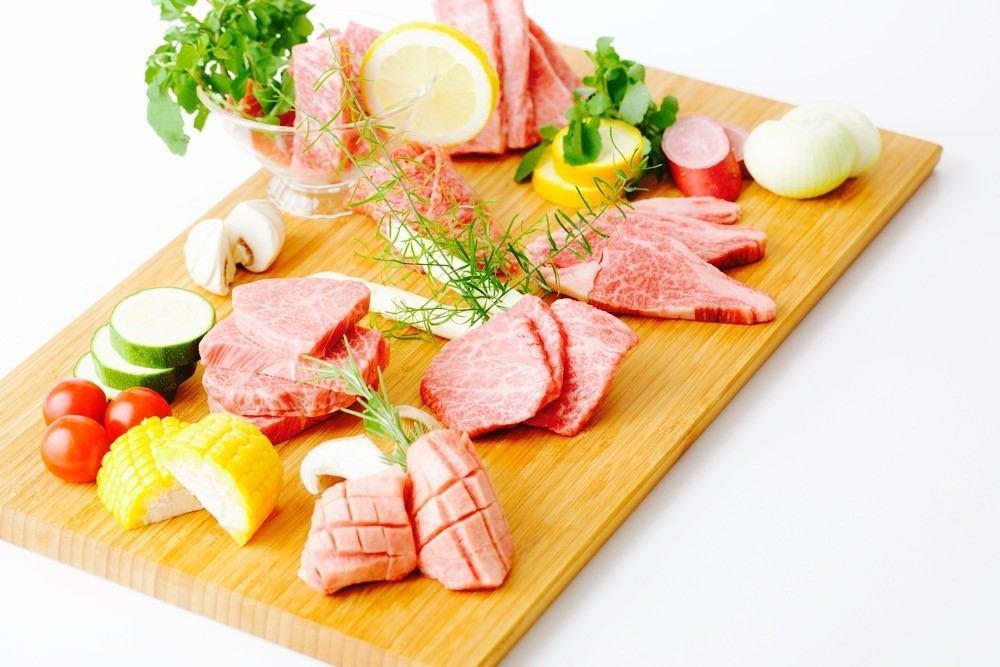 고기는 무농약으로 건강하게 자란 미야자키 EMO 소를 중심으로 전국 각지에서 직접 매입하고 있습니다.