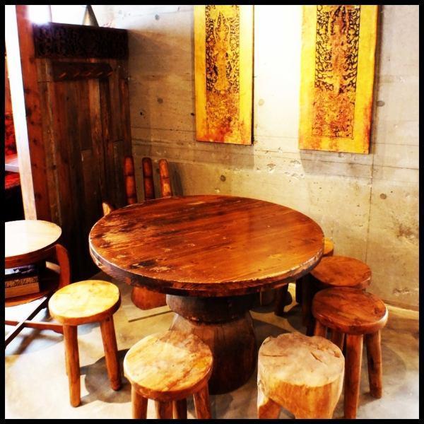 一つ一つの椅子が違った木の味を醸し出し、皆様の飲み会の雰囲気も盛り上がること間違いなし♪(新橋 飲み放題 居酒屋 タイ料理 宴会 女子会 記念日)