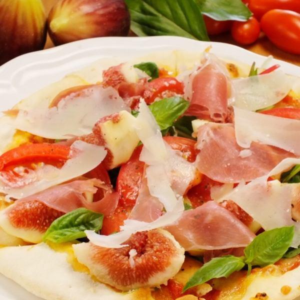Salad pizza of figs and raw ham
