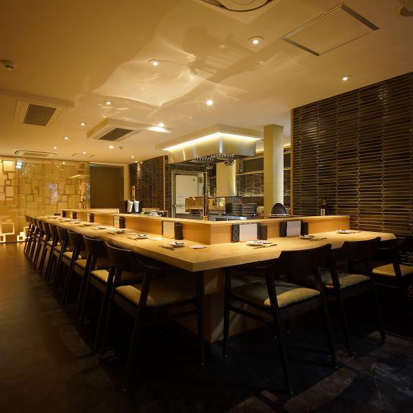 店内は落ち着いた雰囲気にゆらりと間接照明が大人空間を演出します。