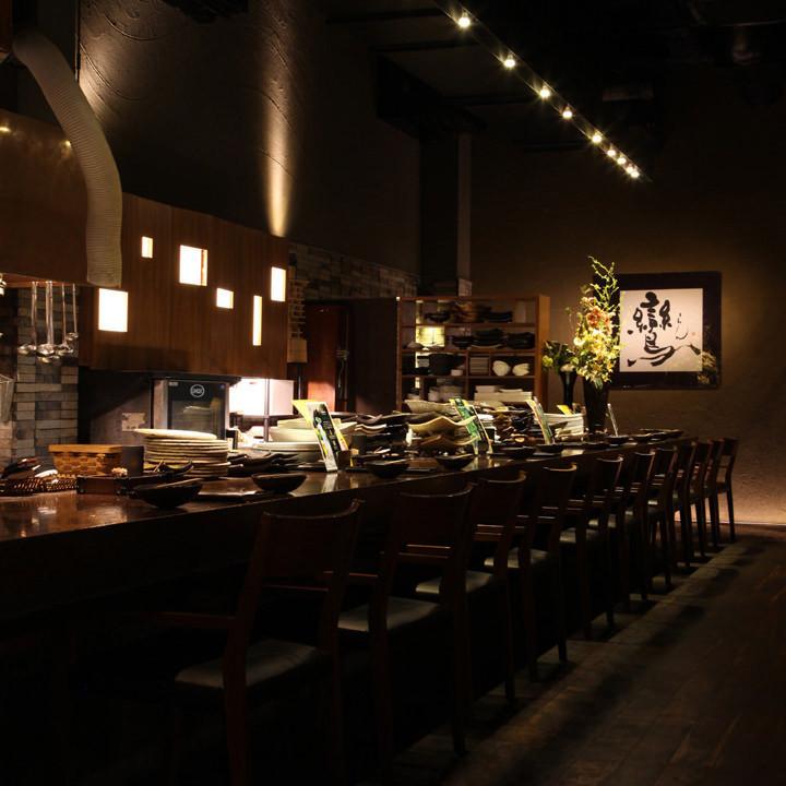 热门餐饮柜台。您可以坐在休息的座位上,坐在扶手上,享受与对手的烹饪和交谈。