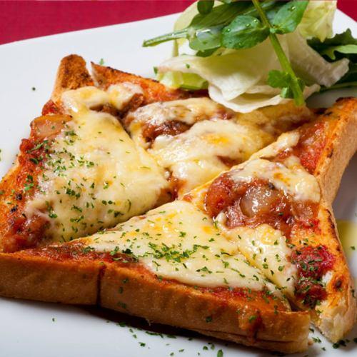 お子さん人気がすごい!牛すじトマト煮込みピザトースト。
