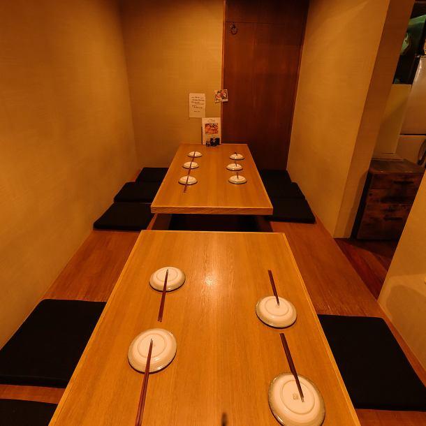 4~26名様までの大小完全個室あり!ゆったりくつろぎ派は掘りごたつ式のお部屋がイチオシ♪~4名様のお部屋は友人同士の飲み会などに最適。その他8~10名様用、お部屋を合わせて最大26名様までなど人数や用途に合わせてお選びください!足を崩したくないシーンには16名様用のテーブル席がおすすめです。