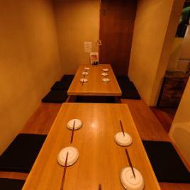 【4~10名様】~4名様と~6名様までの半個室です。個室の間の仕切りを外せば最大10名様まで着席OK!
