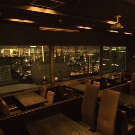 The entire partition in the store is covered with glass, and the table seat is fully equipped with projectors and microphones, etc., where you can see the night view without leakage, and it will also be used for social gatherings and free meals at work