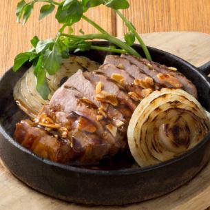デミソースで食べる氷温熟成豚のトンテキ