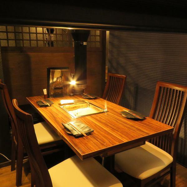 【樹々名物・囲炉裏で】当店名物の囲炉裏付きテーブル★2名様でも4名様でもお気軽にお食事頂けます。ひっそりとお忍びでのご来店にも最適な個室もご用意しておりますので、ちょっとした記念日からお忍びデートまで、お食事なら樹々まで。