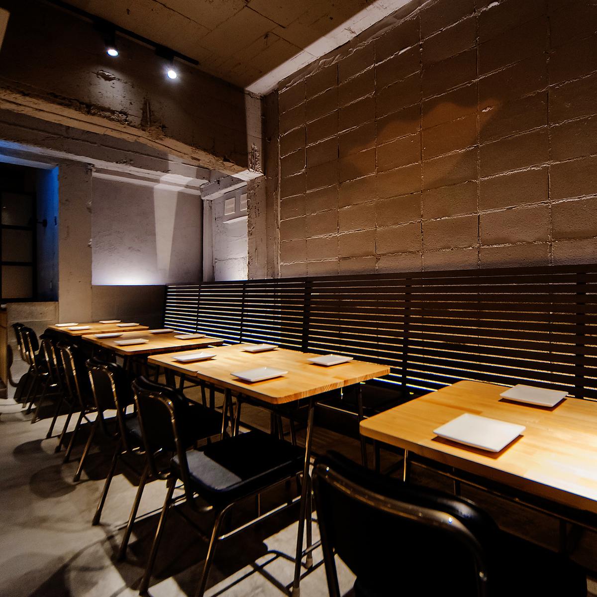 お食事メインでのご利用に最適のベンチシートと椅子タイプのテーブル席/3名~最大12名