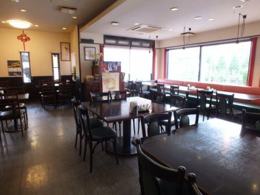 1階には、46席のテーブル席がございます!お子様連れの方も安心してご利用いただけるように、ベンチ席やお子様用のイスもご用意がございますのでお気軽にお越しください!