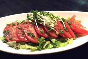 두껍게 썬 토마토 샐러드