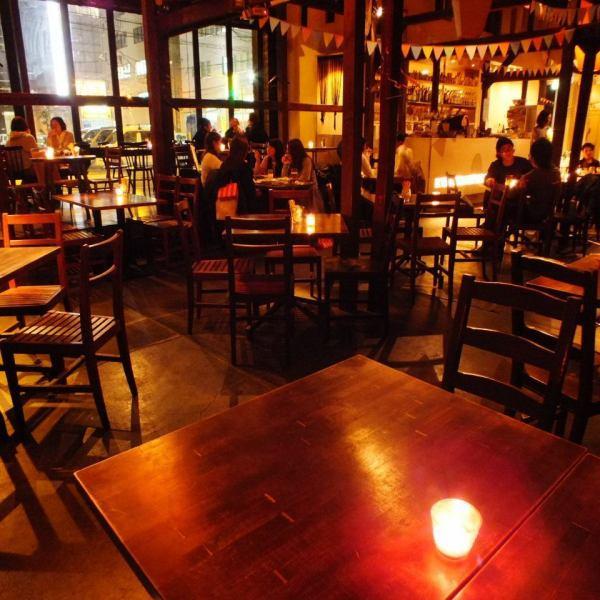 ≪1階★テーブル席≫キャンドルが灯るお洒落な空間。天井が高く吹き抜けがる開放的な1階ではカフェ・ランチ・ディナーにどうぞ♪50名~貸切PARTYもOK!!