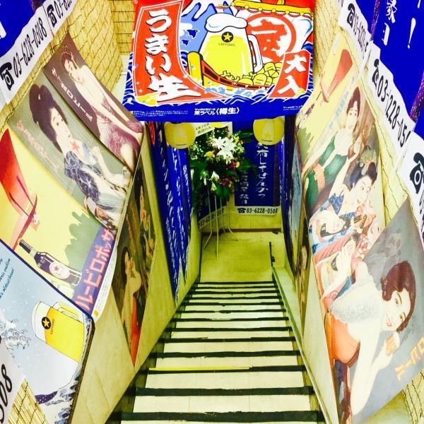 新宿駅から徒歩5分!歌舞伎町にある今人気の遊べる駄菓子居酒屋です♪地下に続く階段には、懐かしネタ満載の垂れ幕が飾られ来店するお客様を迎えてくれます◎豊富な駄菓子は圧巻の200種類!「隠れオカメ」や、「隠れ忍者」など新しい発見ができるお店です◎子供時代にタイムスリップしたような感覚をぜひ体感してください☆
