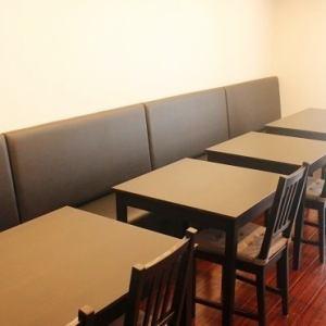 2階席はゆったり座れる広めのテーブル席です。
