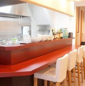 1階は気軽に楽しめるカウンター席♪目の前で串かつがカラッと揚がります。