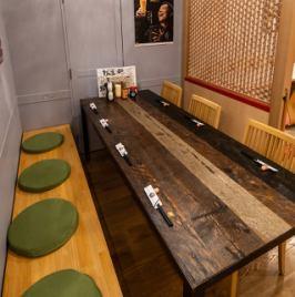 【使い方も自由!】最大8名様までの広々としたテーブル席!お子様連れもOKです♪奥には完全プライベート空間で個室がございますので仲間とゆっくりお楽しみいただけます!忘年会や新年会にオススメです!