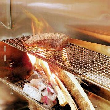 関西では珍しい薪焼き料理のお店です!当店ではさくら・けやきの薪を使い調理しています。薪を使うことにより、香りが豊かになります!服に匂いがつきすぎるを気にする方必見、炭と薪を混ぜ調理することにより微調整され女性の方でも安心してご来店いただけます★★