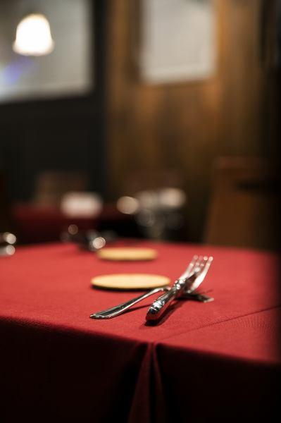 【テーブル席】2名様~最大16名様までご利用頂けるテーブル席をご用意しております。落ち着いた雰囲気のおしゃれな店内は、ご家族やご友人とのお食事はもちろん、デート、記念日にもおすすめです♪