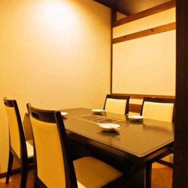 私人房间可供2人使用〜确定!!这张照片是一间可容纳6人的私人房间。可以使用公司娱乐和家庭周年纪念等重要餐点。