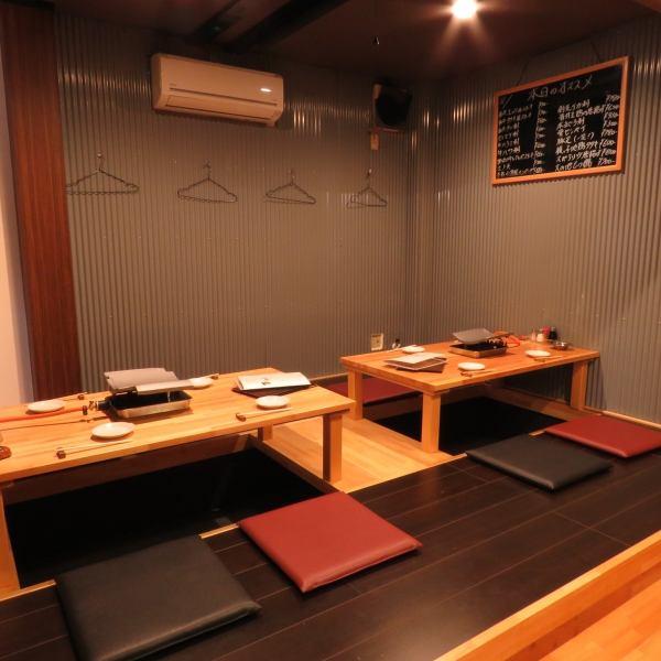 有2張受歡迎的Hori zashiki桌子,可以降低你的雙腿。它可以用捲簾隔開!