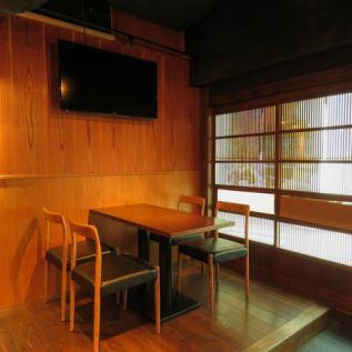 <桌子座椅>我們的桌椅的特點是桌子和桌子之間有很寬的空間。在舒適地放鬆的同時,您可以享受您的用餐和談話。