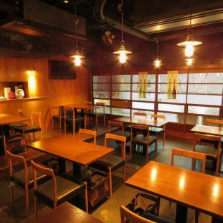 <桌子>我們的桌椅的特點是桌子和桌子之間有很寬的空間。同時放鬆舒適,品嚐美味的成分和堅持清酒。