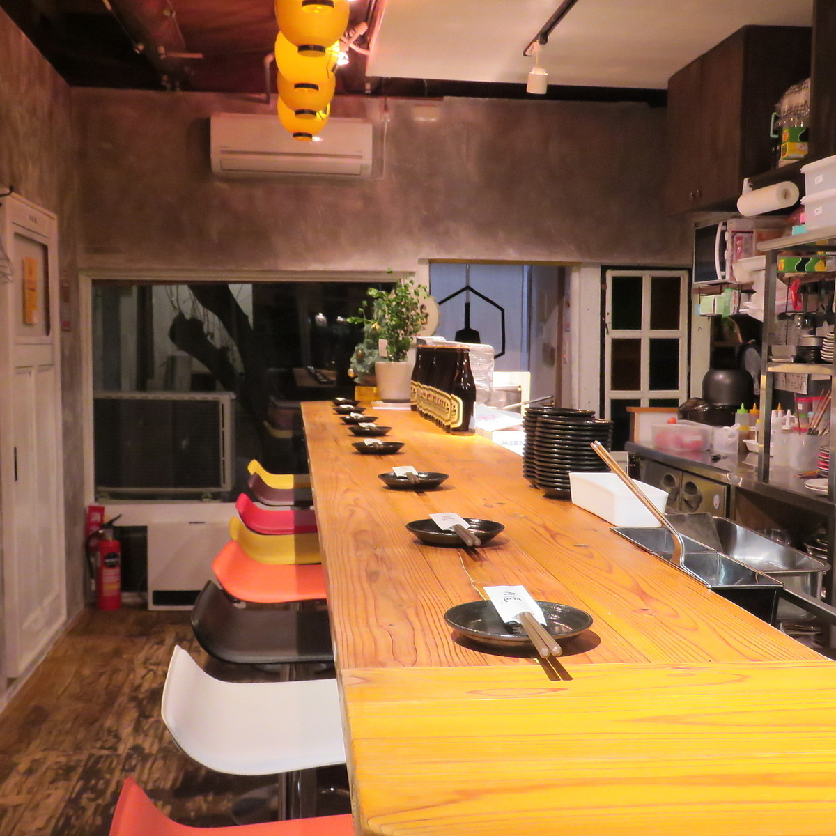 """It is the best counter seat for dating and cheering drinks ♪ to the end of work.Enjoy the """"Monja · Teppanyaki"""" which you can taste with the senses while enjoying the state of cooking in front of you."""