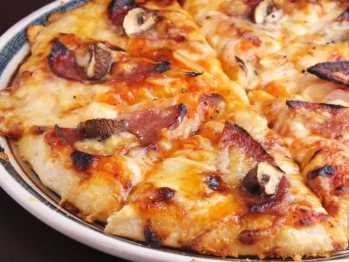 大蒜蘑菇和萨拉米香肠比萨饼