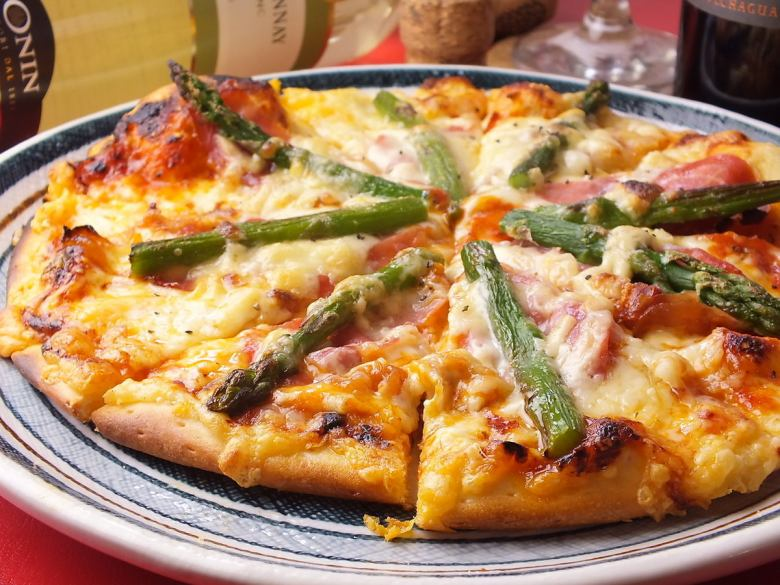 Raw ham and asparagus pizza