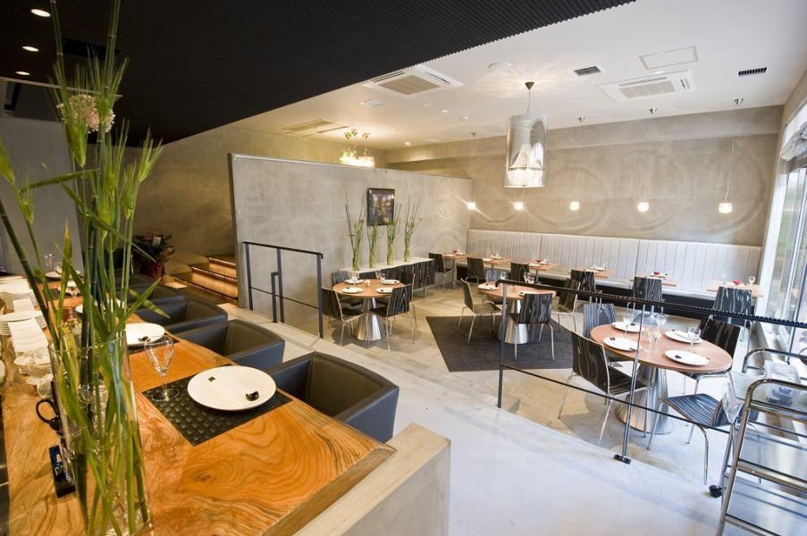 シックな内装は大人の雰囲気が漂う落ち着く空間。間接照明やシャンデリアも大人気ブランド『カルテル』に統一。大人なおしゃれ空間をご堪能ください。プロポーズ利用のお客様も多いため、アニバーサリーのプレゼントをお預かりしたり、タイミングよく料理を提供したり、お客様のご要望に応じて協力も致します。