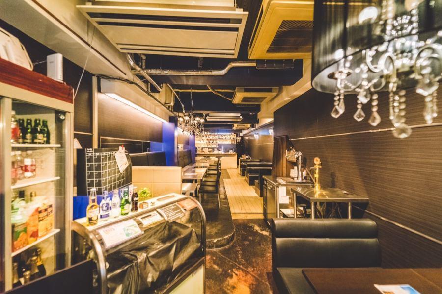 【1F】入り口はお洒落なオープンテラス。テラスの奥にはシャンデリアが可愛いテーブル席と、黒革のBOX席が。