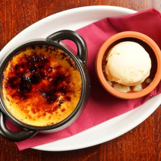 Cream brulee and tea ice cream