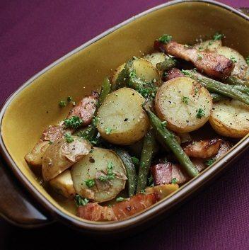 沙拉列日土豆和豆,溫暖的沙拉配布魯塞爾豆芽