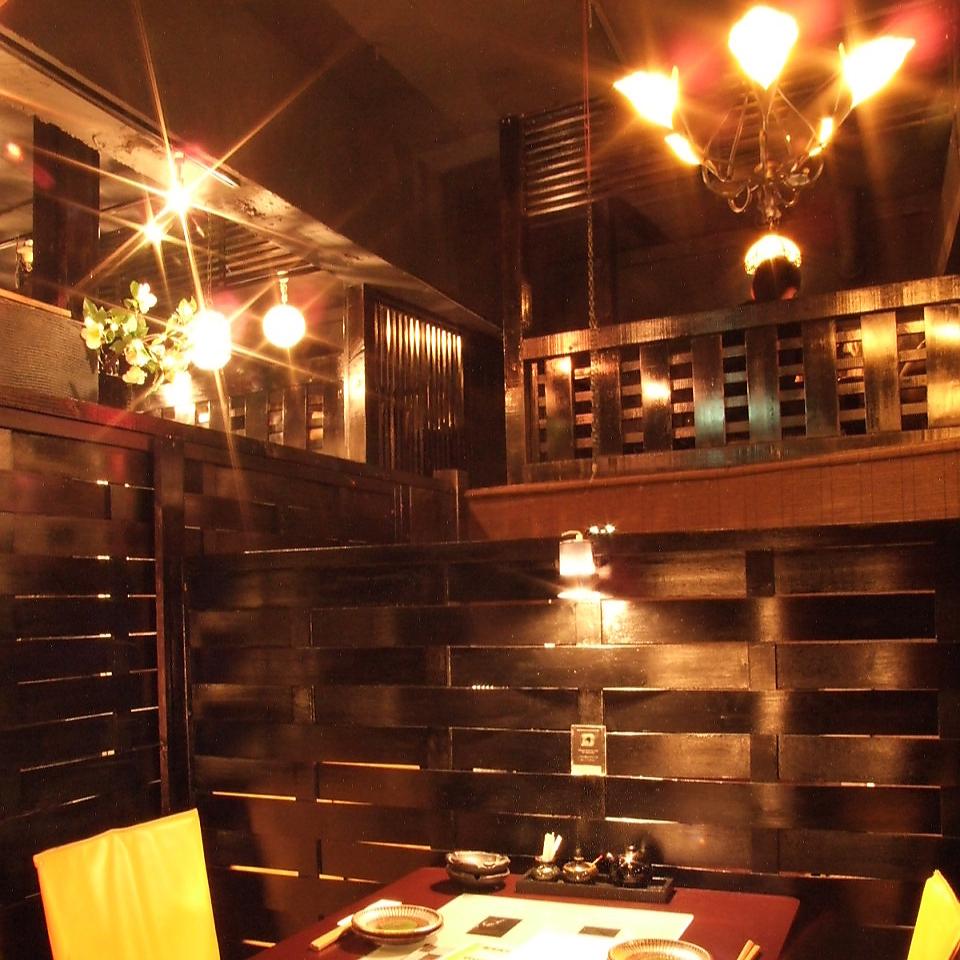3~4名様向けテーブルのお席。開放感ある空間は光が差し込み店内の雰囲気が抜群に体感できるお席となっております。