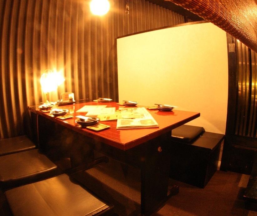 4~6名様向けテーブルのお席。開放感ある空間は光が差し込み店内の雰囲気が抜群に体感できるお席となっております。