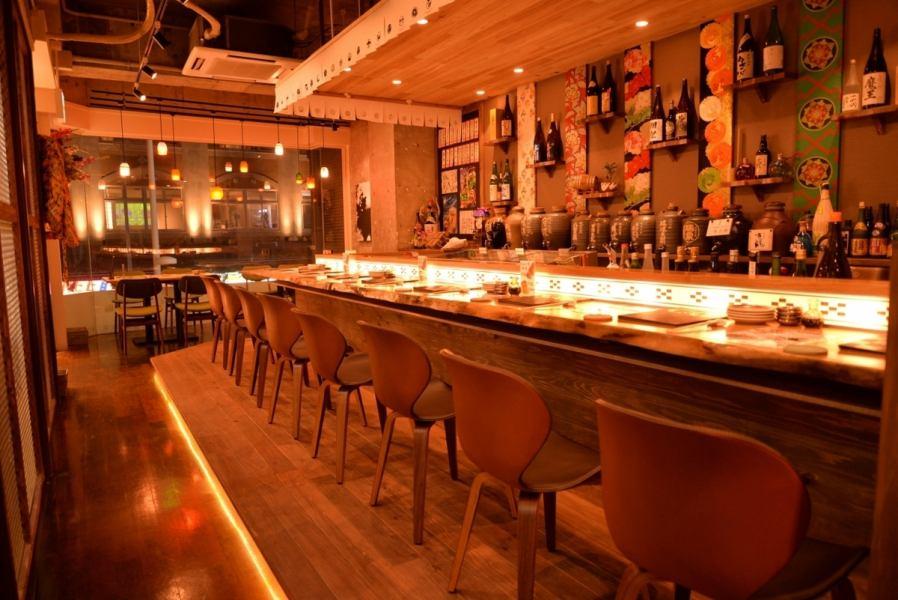 ◆オシャレなカウンター席◆夜のカウンター席は沖縄らしいミンサー柄のライトで落ち着いた雰囲気でお料理とお酒をお楽しみ下さい♪