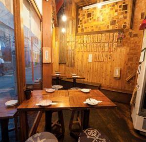 1Fがガラス張りなので、お仕事帰りに ふらっと飲みに入りたくなるようなお店です。