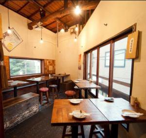 カフェのようなおしゃれ居酒屋 ☆手づくりの内装だからこそできた心地よさ。スツールの布もひとつひとつ違う、遊び心に こだわった空間で、楽しいお酒の時間をどうぞ。