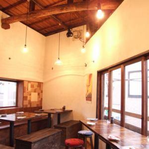 2階は天井が高く開放的な雰囲気。