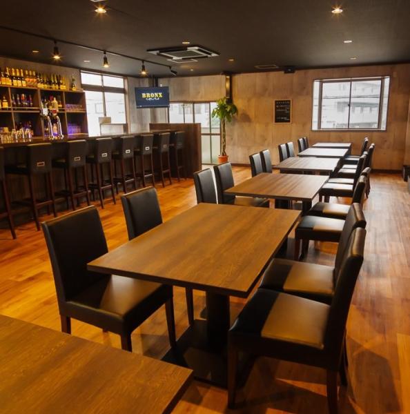 ◆様々なシーンに◆木目調を中心とした、広々とゆったりとした店内は、様々なシーンでお楽しみ頂けます。おひとり様やデートにもピッタリなカウンター席は8席、グループでのご利用におすすめなテーブル席は全24席ご用意。貸切は立食形式で最大40名様まで承ります。お気軽にお問合せ下さい♪≪デート、女子会、ご宴会≫