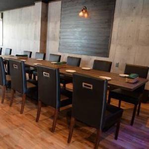 4名様テーブルを6つご用意しております。落ち着きのある空間を、ご友人、同僚、ご家族と…様々なシーンでご利用ください。