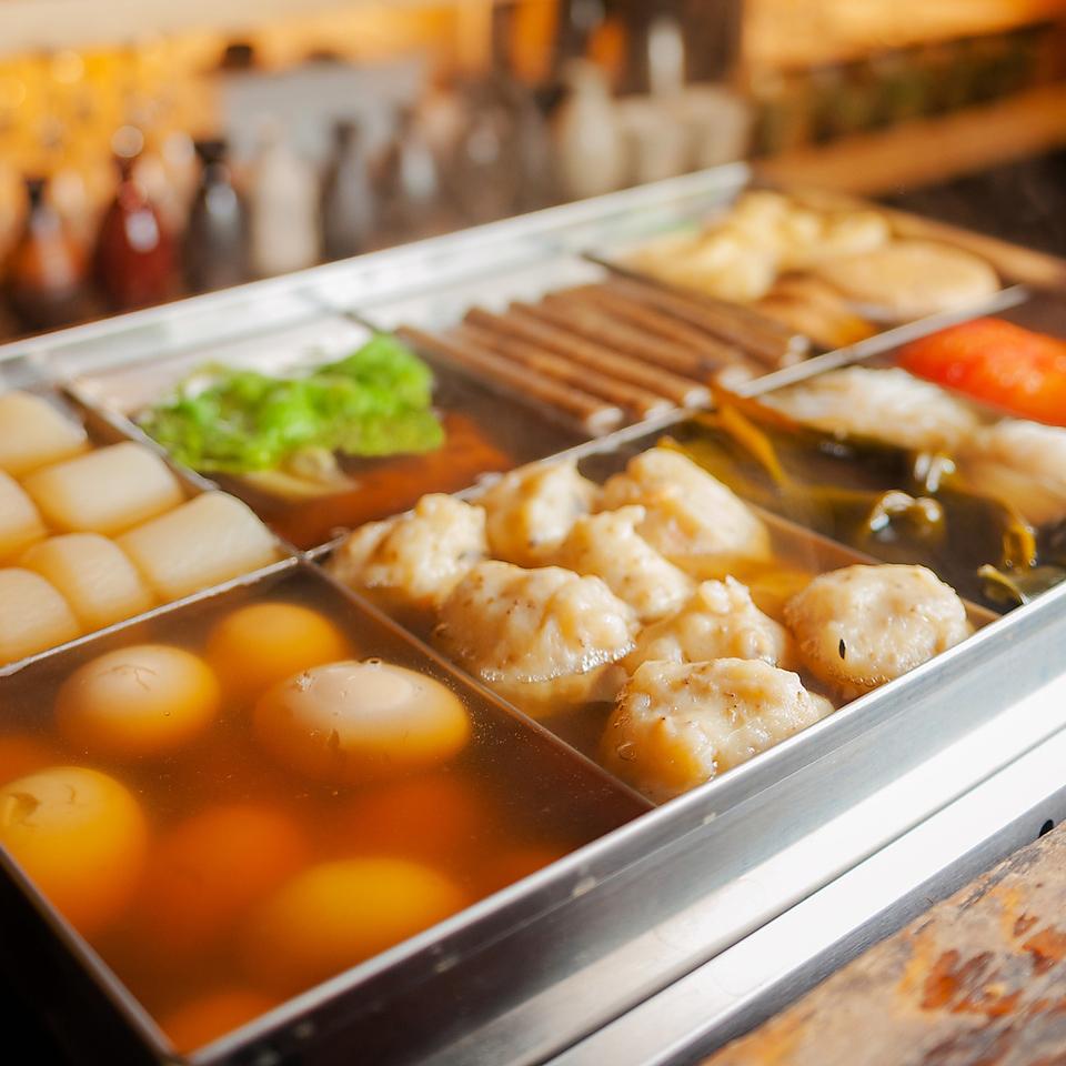 煮熟的油炸关东煮和生鱼片和酒