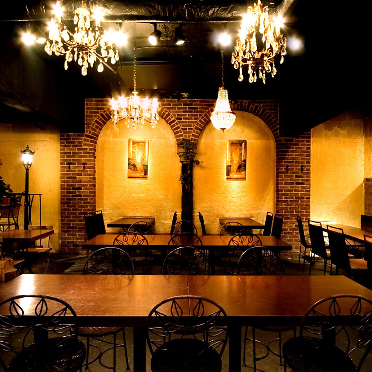 店内の中央に位置する長テーブルは6名様~20名様までご利用いただけるテーブル席。 まとまってお座りいただけますので、グループの一体感がより増します!!