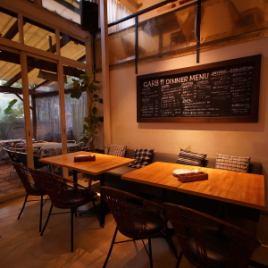 【1階】テーブル席は当店イチオシのお席です!黒板にはその日オススメの料理が書かれているのでぜひご注目ください!貸切は80名様~最大130名様までOK!