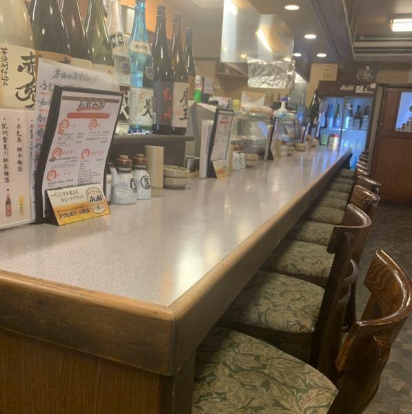 カウンターはゆったりとお食事を楽しみたい方におすすめです。スタッフとの会話も楽しみつつ上質なお酒とお食事をお楽しみ下さい。カウンターは大将が手際よくお料理を仕上げるところも見ることができる特等席でもあります。