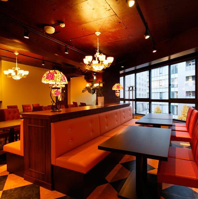 창가에 배치 된 테이블 석은 4 인용 × 8 탁자를 준비.테이블을 연결하여 최대 12 명까지 이용하실 수 있습니다.나무를베이스로 한 차분한 실내는 붉은 의자가 악센트! 시간에 따라 변해가는 나고야의 거리 풍경을 바라 보면서 자랑의 창작 프렌치를 즐길 수 있습니다.항상 동료와의 식사에 꼭 바랍니다.