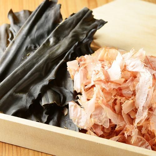 北海道南部産の昆布と独自配合の鰹節でとった出汁が基本