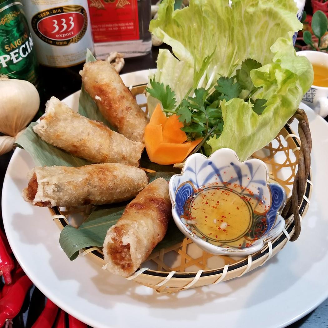 油煎的虾和猪肉与春卷